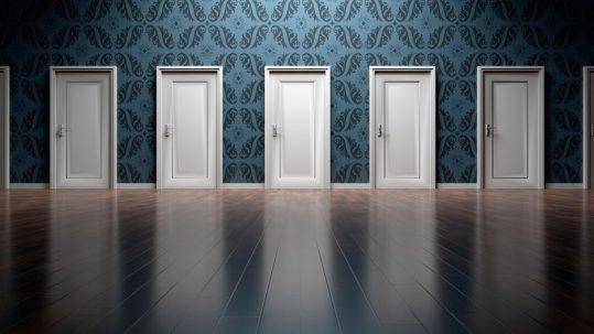 instalar puertas de madera lacadas